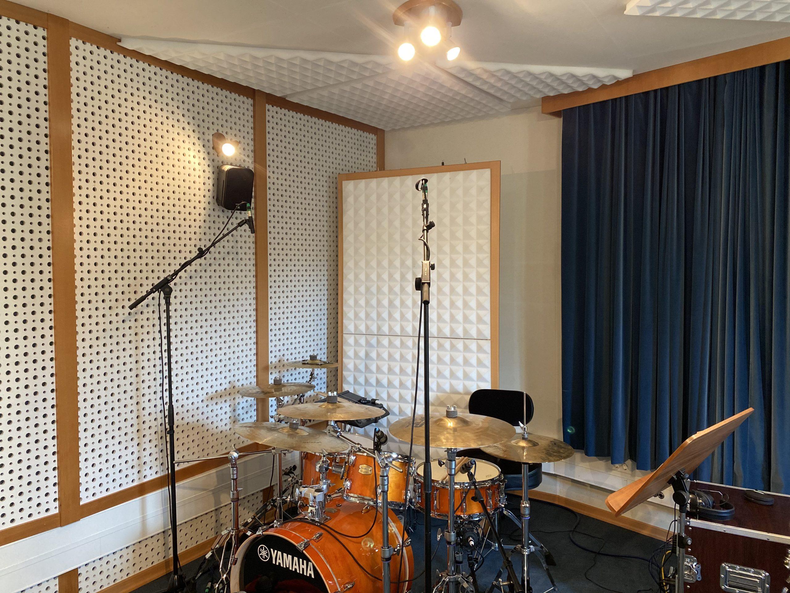 Schlagzeug im Aufnahmeraum im Tonstudio Burgenland SMT Records